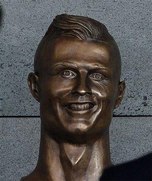 funny-cristiano-ronaldo-statue-fail-33-58dcc00c785ef__700